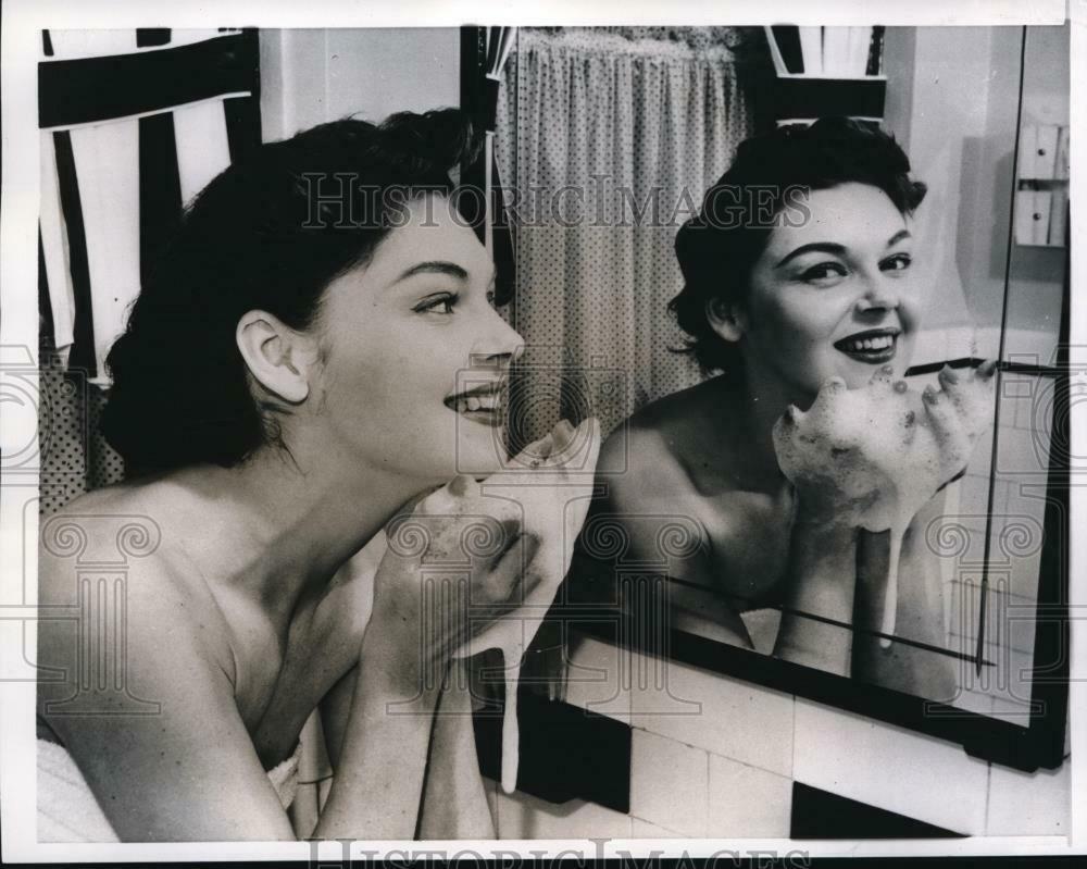 1955 press photo, - Beautiful Woman washing up, 1955