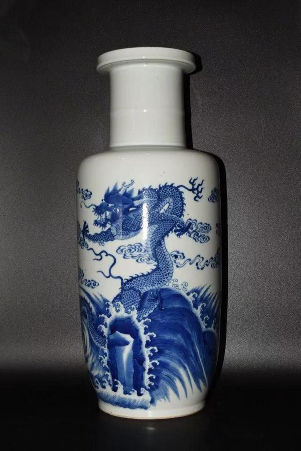 A BLUE AND WHITE ROULEAU VASE.QING PERIOD