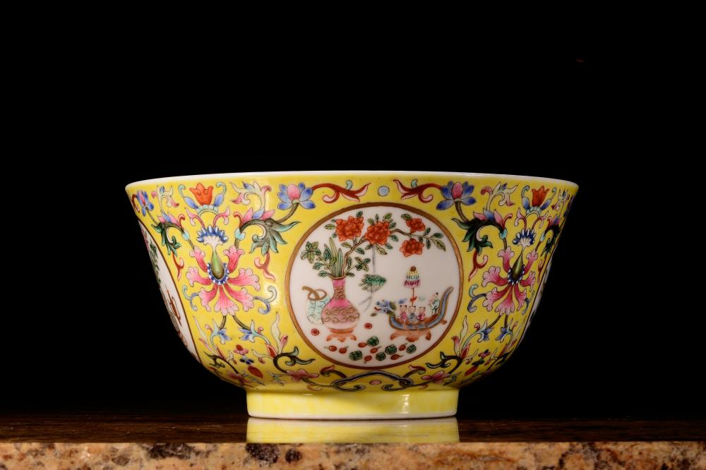 A YELLOW-GROUND FAMILLE-ROSE BOWL.MARK OF DAOGUANG