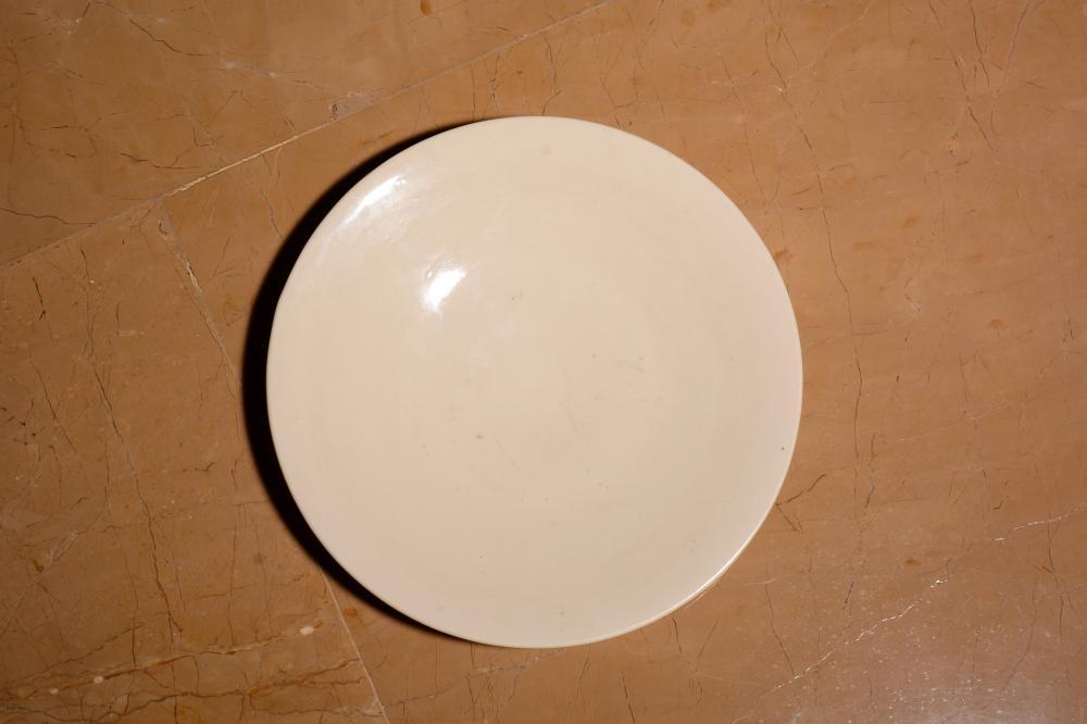 A WHITE-GLAZED DISH.AHTIQUE