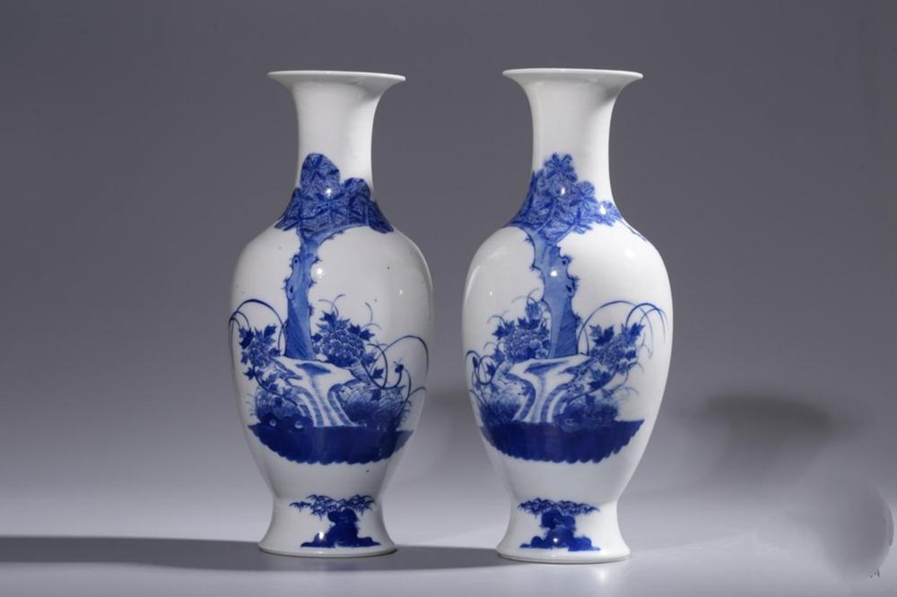 A PAIR OF BLUE AND WHITE VASES.MARK OF GUANXU