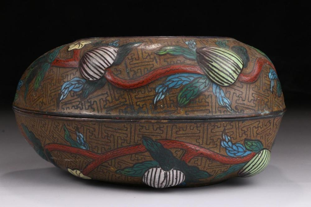 A CLOISONNE ENAMEL 'PEACH' BOX AND COVER.QING PERIOD