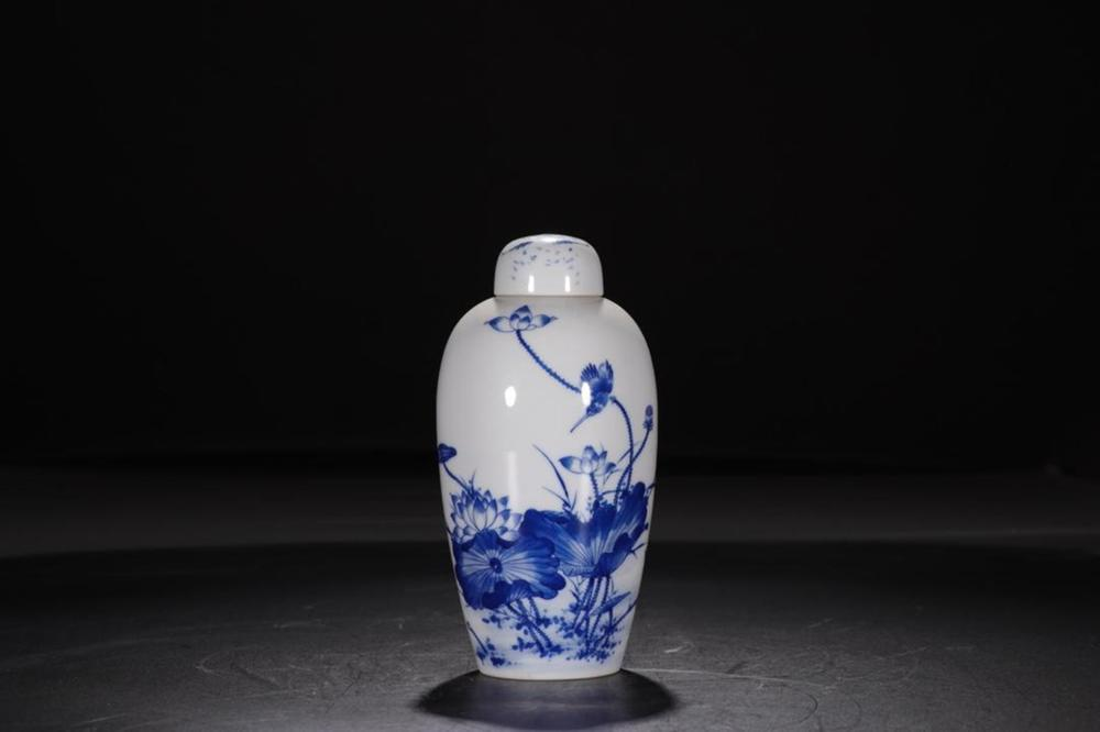 A BLUE AND WHITE 'LOTUS' VASE AND COVER.MARK OF QIANLONG