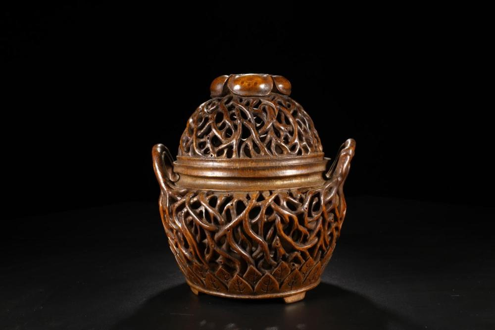 A CARVED BAMBOO BURNER AND COVER.QING PERIOD