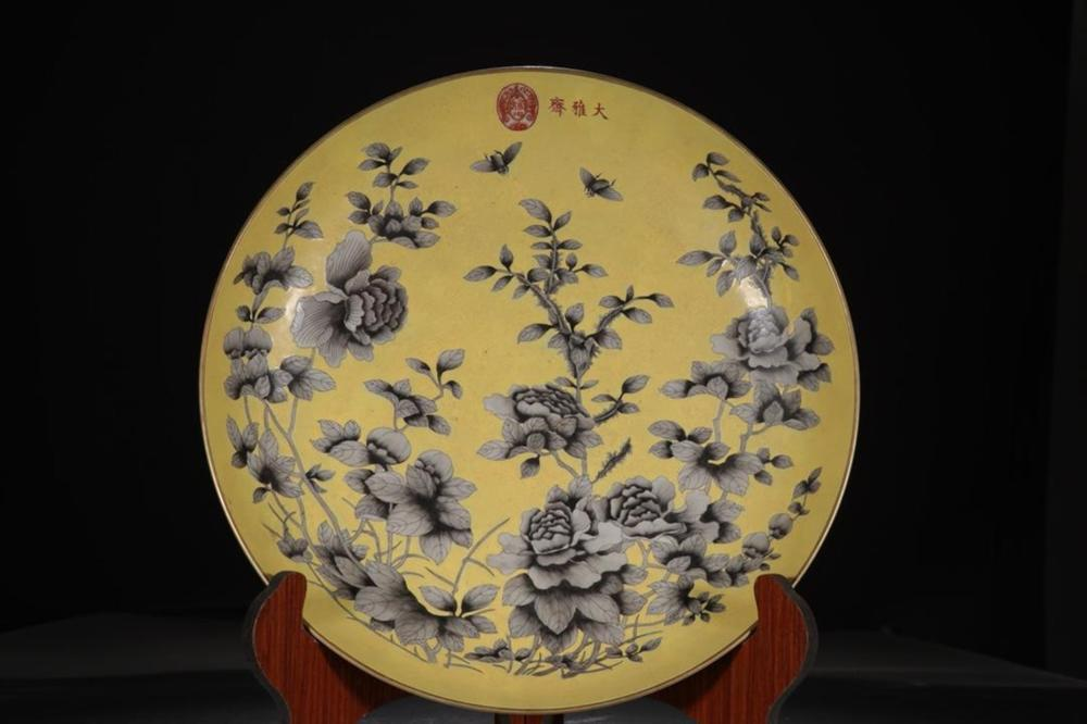 A YELLOW-GROUND INK-GLAZED DISH.QING PERIOD