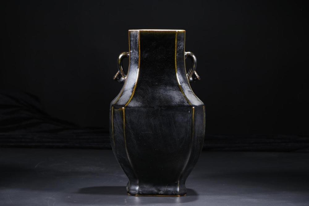 A BLACK-GLAZED VASE.MARK OF KANGXI