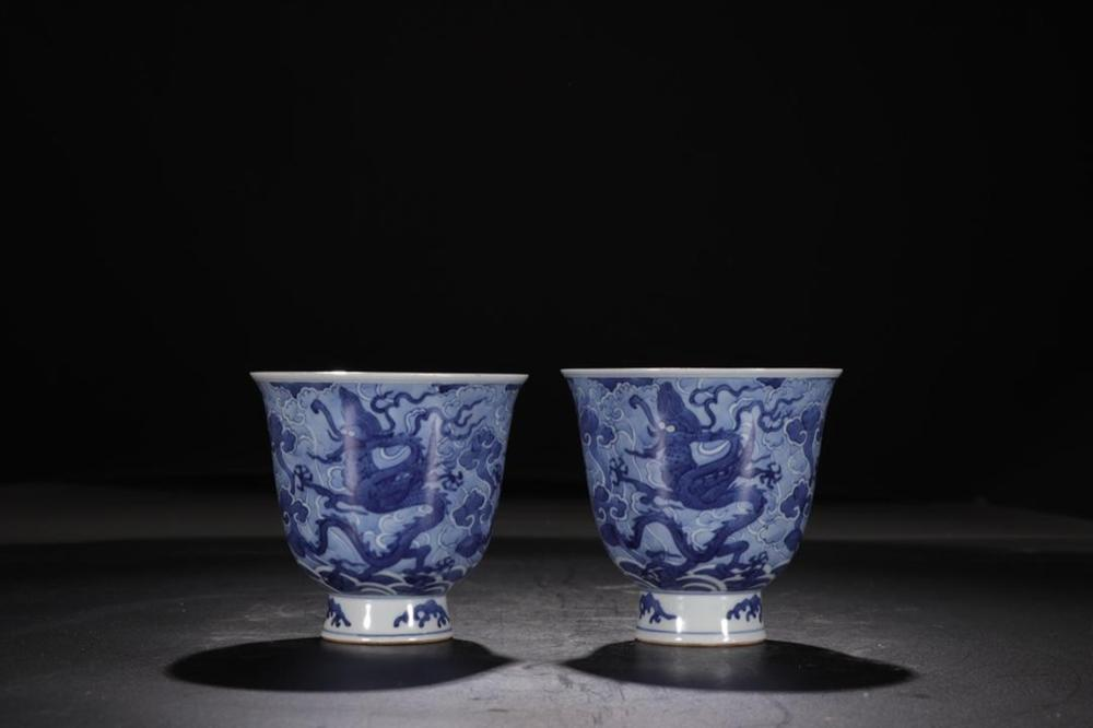 A PAIR OF BLUE AND WHITE 'DRAGON' CUPS.MARK OF JIAJING