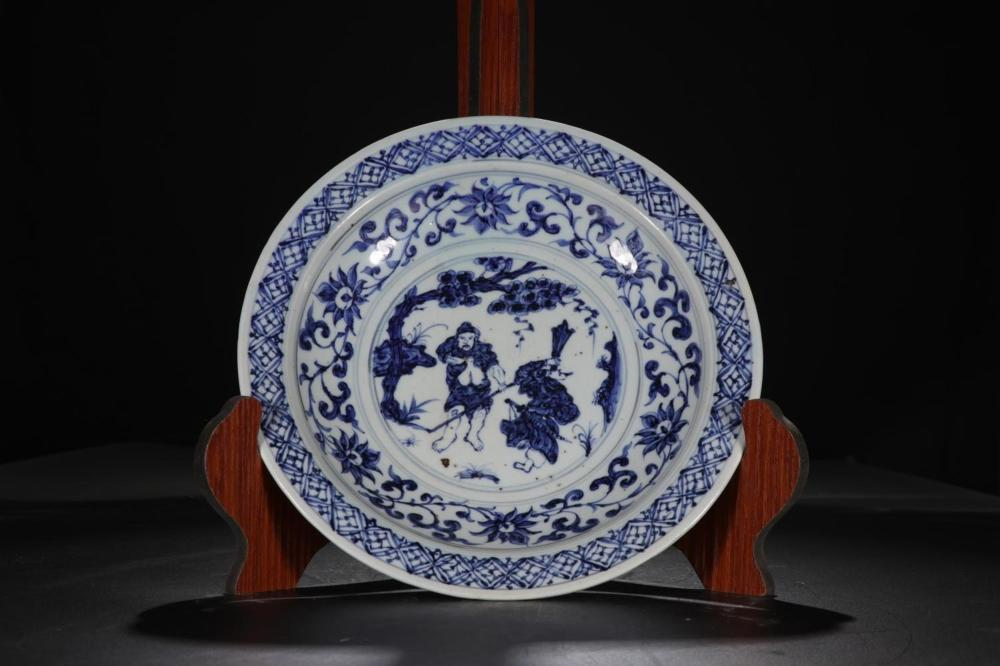 A BLUE AND WHITE DISH.MING PERIOD