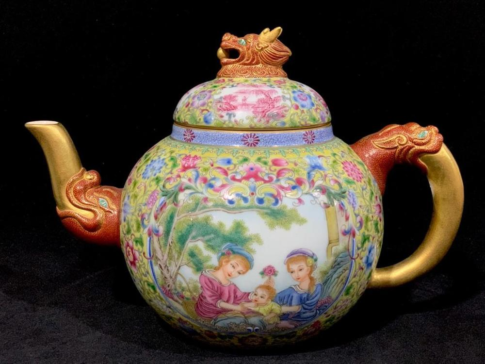 A PAINTED ENAMEL TEAPOT AND COVER.MARK OF QIANLONG
