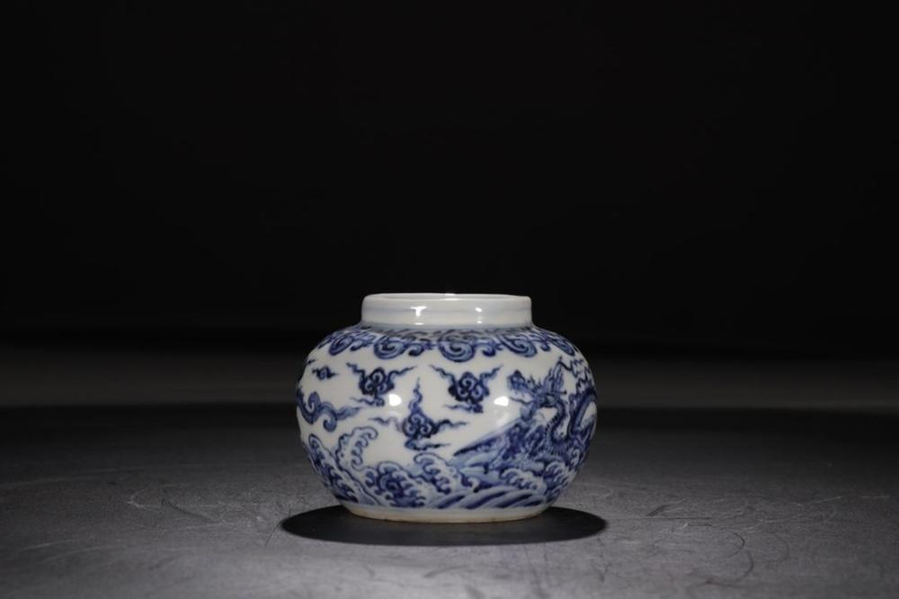 A BLUE AND WHITE 'DRAGON' JAR.MING PERIOD