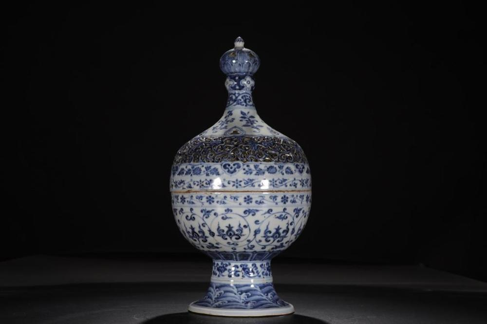 A BLUE AND WHITE BURNER AND COVER.MARK OF XUANDE