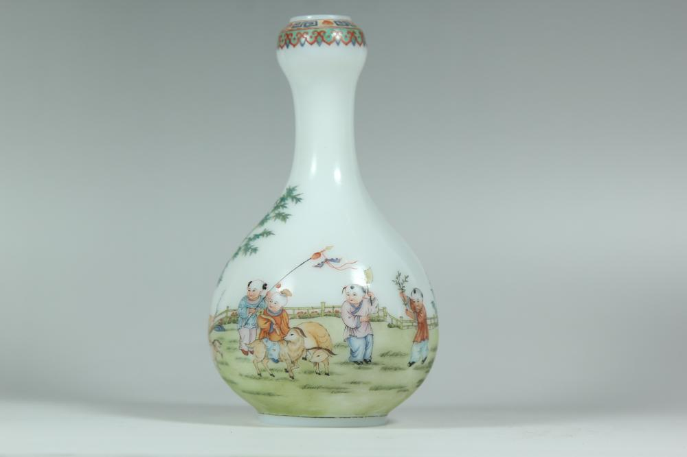 AN ENAMELLED GLASS VASE.MARK OF QIANLONG