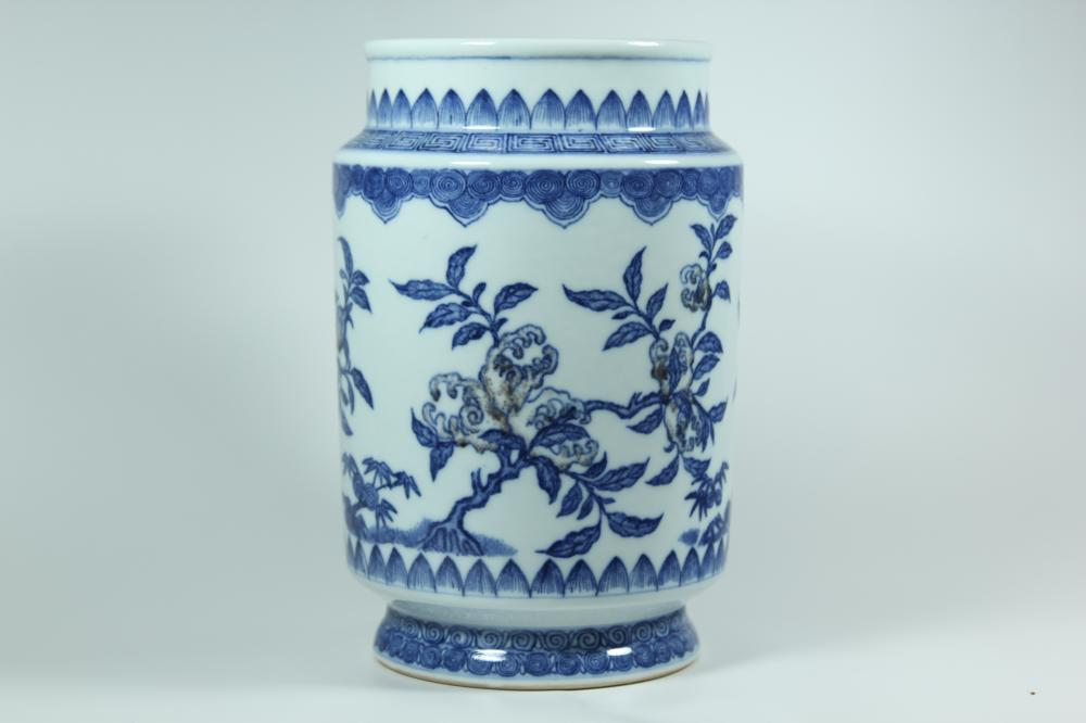 AN IRON-RED BLUE AND WHITE VASE.ANTIQUE