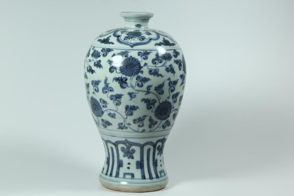 A BLUE AND WHITE MEIPING .MING DYNASTY