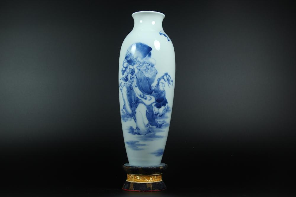A BLUE AND WHITE VASE.MARK OF QIANLONG