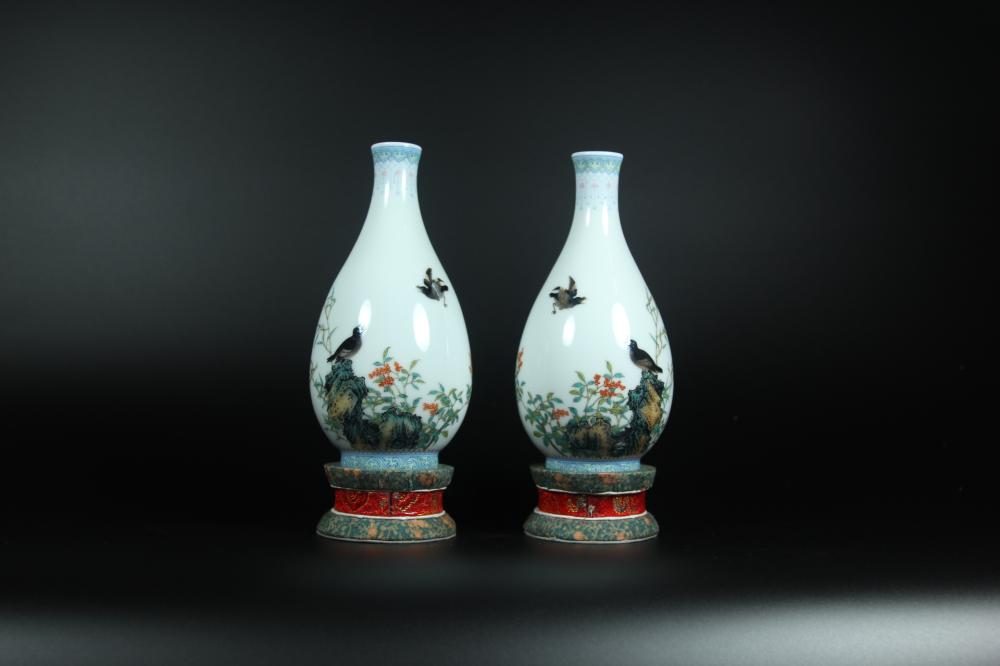 A PAIR OF FAMILLE-ROSE VASES.MARK OF YONGZHENG