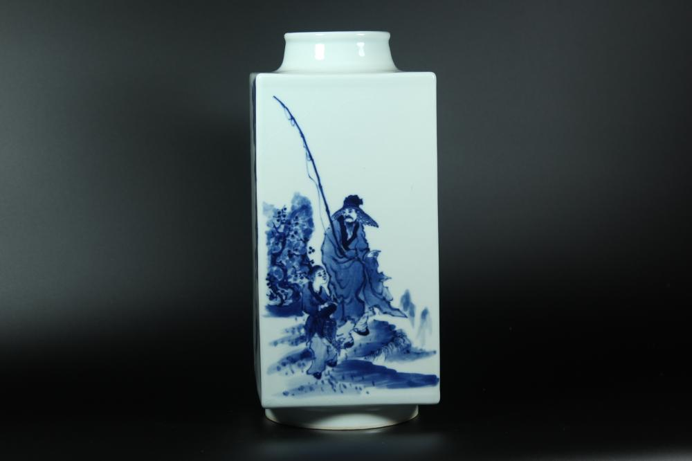 A BLUE AND WHITE SQUARE VASE.MARK OF QIANLONG.