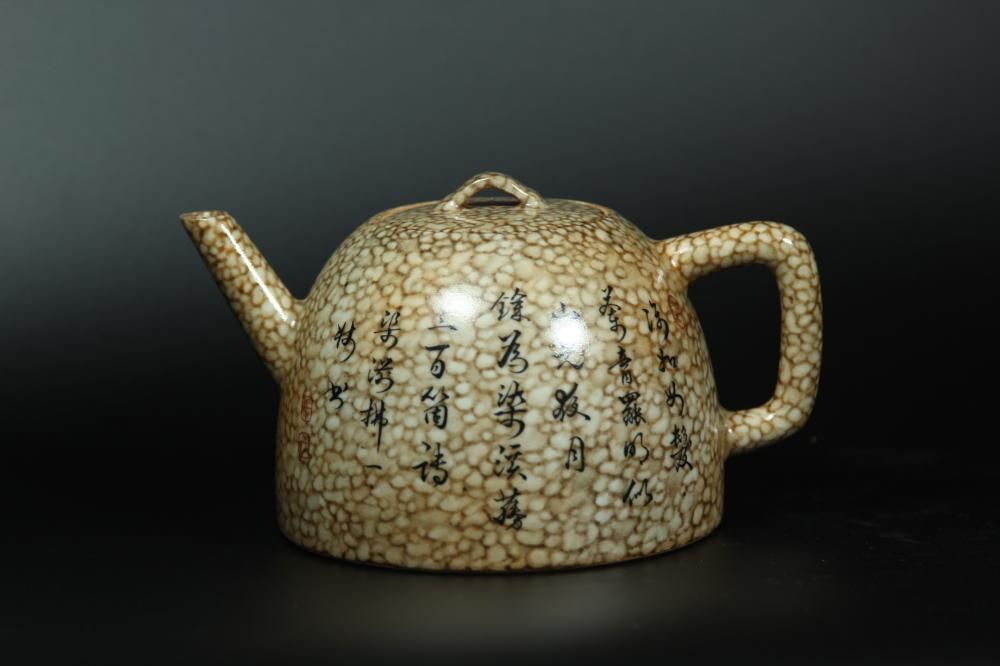 A PAINTED PORCELAIN TEAPOT AND COVER.ANTIQUE