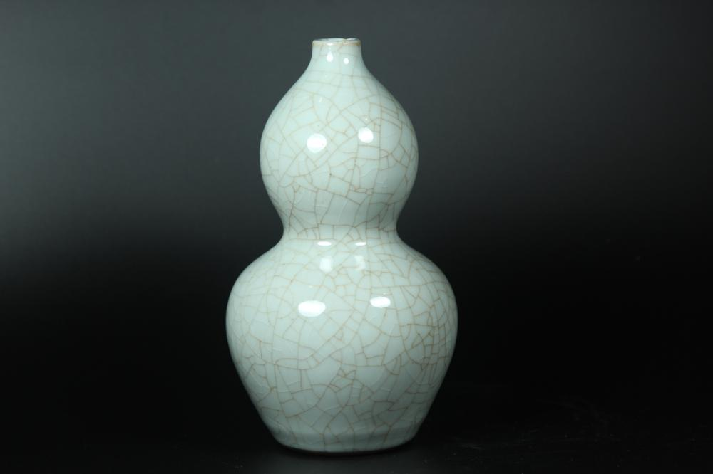 A GE-TYPE DOUBLE-GOURD VASE.MARK OF QIANLONG