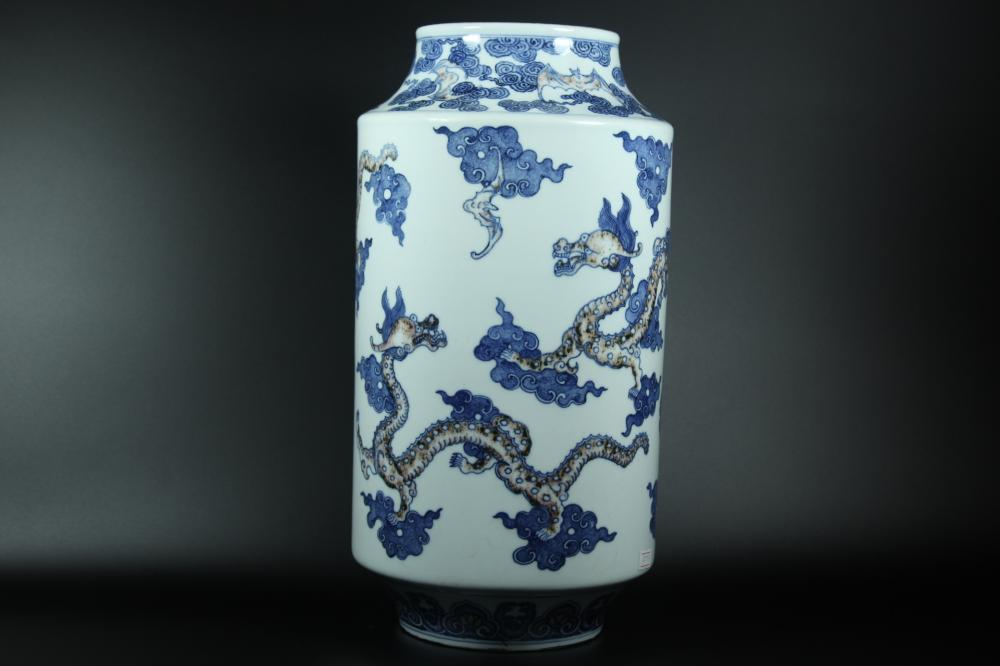 AN IRON-RED BLUE AND WHITE DRAGON VASE.QING DYNASTY
