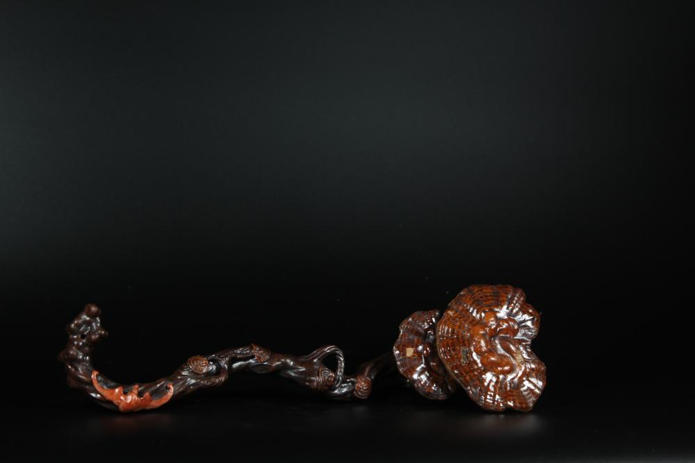 A CARVED PORCELAID 'LINGZHI' RUYI SCEPTER.ANTIQUE