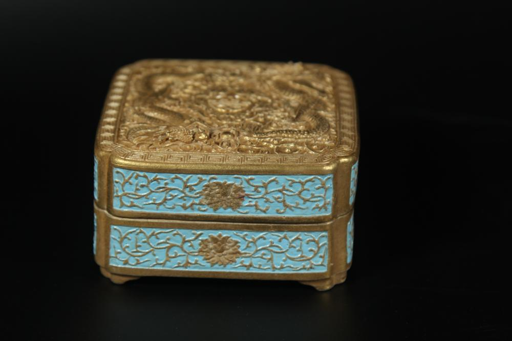 A GILT-DECORATED PORCELAID BOX AND COVER.MARK OF QIANLONG
