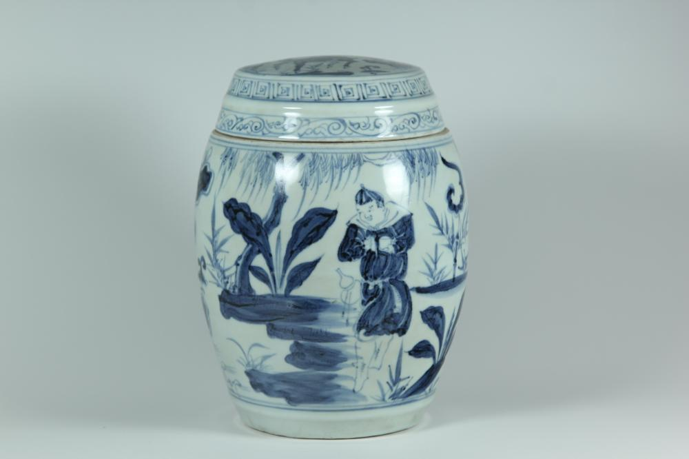 A BLUE AND WHITE JAR AND COVER.MING DYNASTY