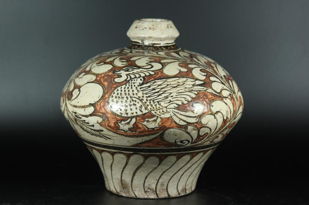 A PAINTED CIZHOU MEIPING .ANTIQUE