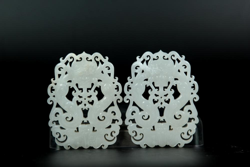 A CARVED WHITE JADE DRAGON PENDANT. QING DYNASTY