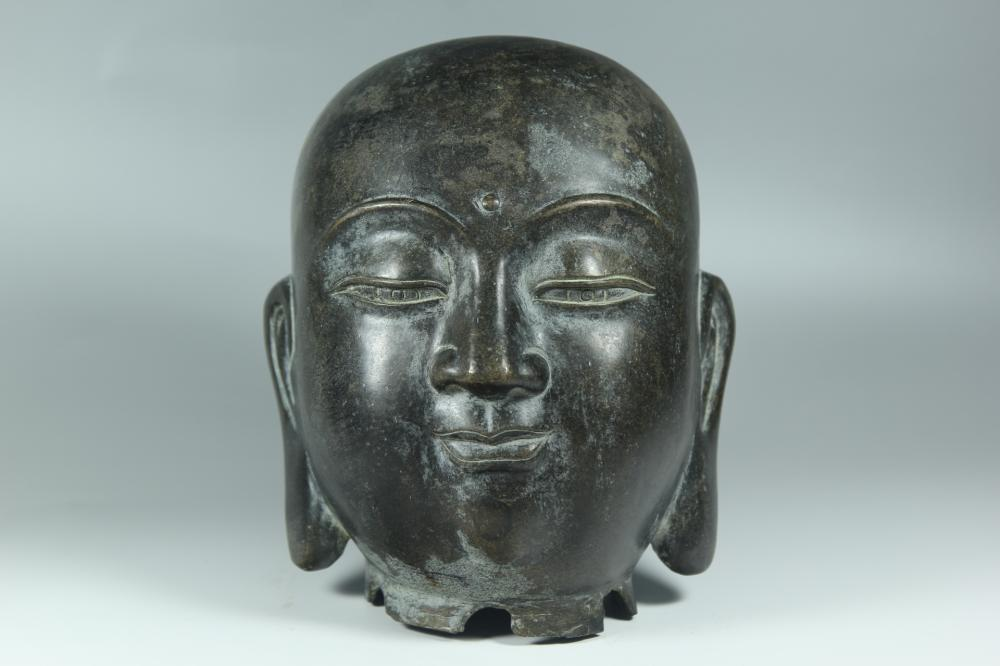 A BRONZE BUDDHA HEAD.ANTIQUE
