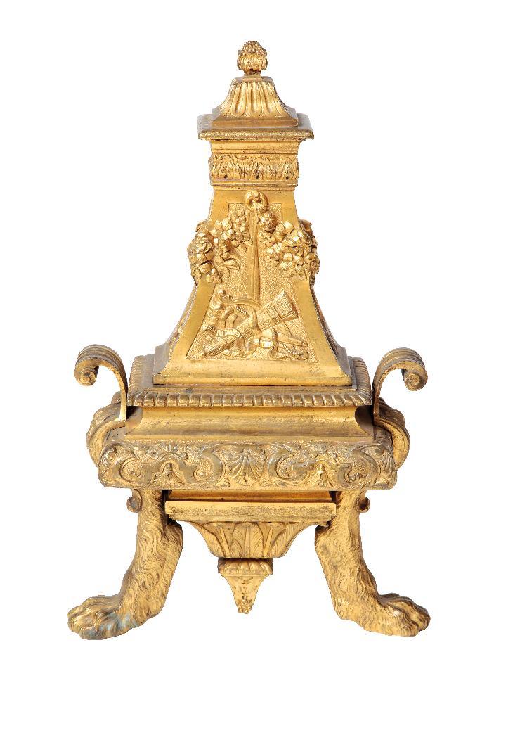 PAIRE DE CHENETS en bronze doré de forme pyramide d'après un modèle d'André-Charles Boulle (1642 - 1732)Vers 1710. Epoque Louis XIV.H 40 L 22 P 13 cmPaire de chenets reposant sur deux pattes de lion et un culot de section rectangulaire ciselé de