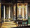 CABINET À MARQUETERIE DE FLEURS Cabinet en marqueterie de bois teinté à décor floral. Il ouvre en façade par une série de tiroirs et faux tiroirs, et par deux portes qui découvrent un théâtre