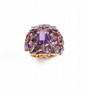 LARGE BAGUE en or rose, centrée d'une améthyste de taille rectangulaire, sertie d'améthystes de taille fantaisie, appliquée de lignes de diamants.  Poids: 22,9 g