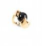 BOUCHERON  BAGUE en or jaune représentant deux serpents maintenant dans leur gueule ouverte une perle de jade gris. Signée et numérotée  Poids?: 13,2 g