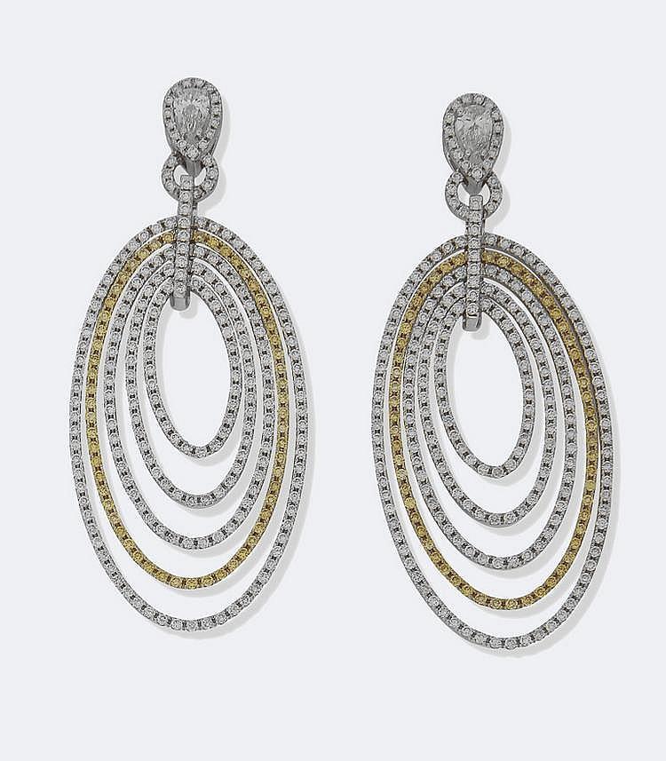 PENDANTS D'OREILLES en or gris, dessinant des liens piriformes soulignés de brillants Fancy Yellow et blancs au dessous d'un diamant taille poire, total des diamants : 5 carats environ. Poids : 16,54 g brut.