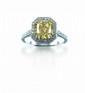 BAGuE en or gris, ornée d'un diamant rectangulaire, 3,42 carats certifié Fancy Yellow par le laboratoire GIA dans deux rangs de brillants portés par une corbeille et corps de la bague diamantés, total du tour : 1 carat