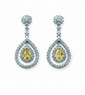 PENDANTS D'oREILLES en or gris, chacun dessinant une fleurette diamantée portant un double motif en forme de poire orné de brillants autour d'un diamants poire Fancy Yellow, total des diamants 2,10 carats environ  Poids : 5,53 g brut