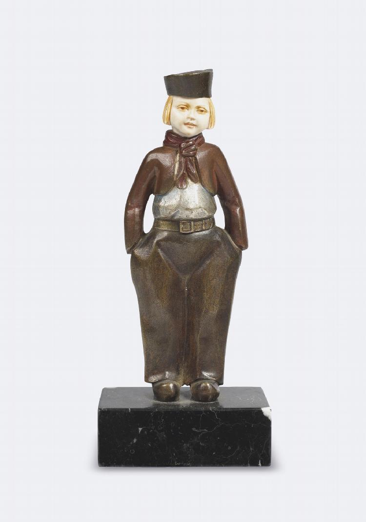 Alfred JOREL (mort en 1927) Garçonne. Sujet en chryséléphantine, base en marbre noir veiné blanc. Signé A.Jorel H 20 cm