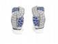 PAIRE DE BOUCLES D'OREILLES en boucles d'or gris, pavées de diamants et de saphirs. Poids : 15,2 g