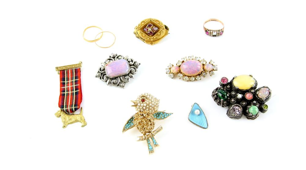Mixed group of vintage jewellery including a small