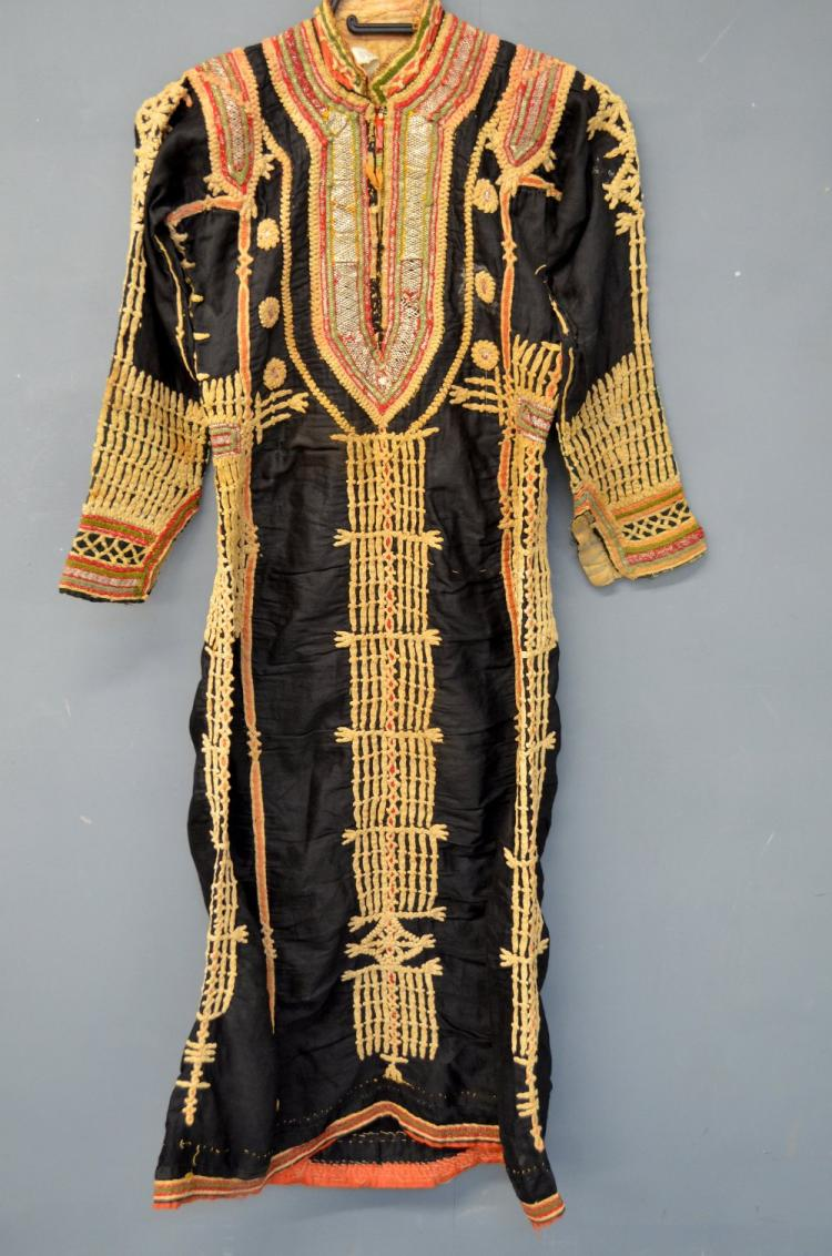 Yemeni robe with decoration of silver threads and