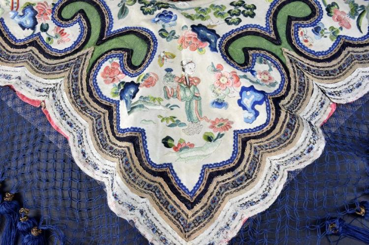 Chinese Qing dynasty silk collar, embroidered in s
