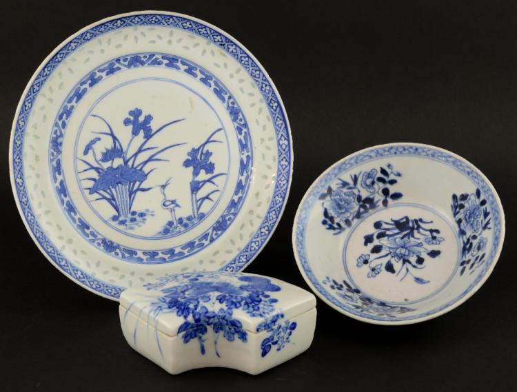 Three Chinese blue and white pieces comprising a p