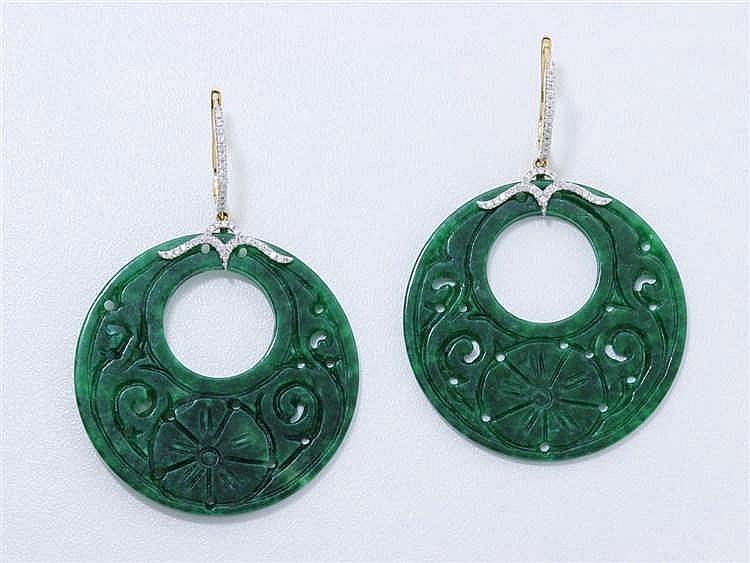 Paire de pendants d'oreilles en or 750 millièmes, ornés d'un disque de jade