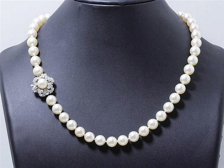 Collier choker composé d'un rang de perles de culture d'environ 8.5 à 9.2 m