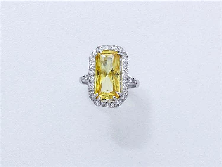 Bague en or gris 750 millièmes, ornée d'une pierre jaune rectangulaire face