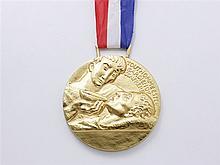 ARTHUS BERTRAND Médaille en métal doré faite à l'occasion de la re