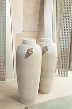 Fabienne JOUVIN (XXe siècle)  Paire de jarres couvertes de forme oblongue    En porcelaine crème et sable orné d'uncoquillage, signées sous la base