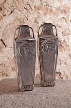 Travail art nouveau  Paire de vases à anses  circa 1910  Métal argenté à décor dans un médaillon d'un buste de jeune femme en léger relief