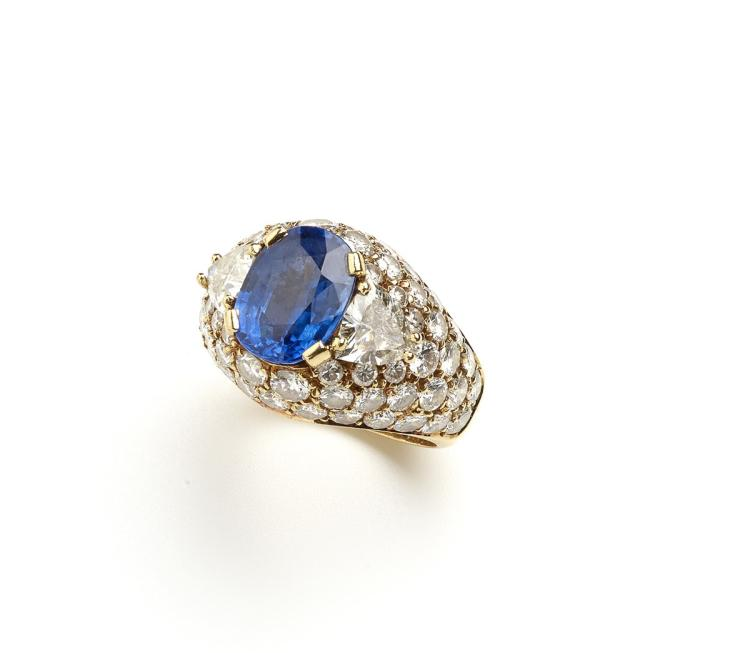 A sapphire and diamond 18 ct yellow gold ring